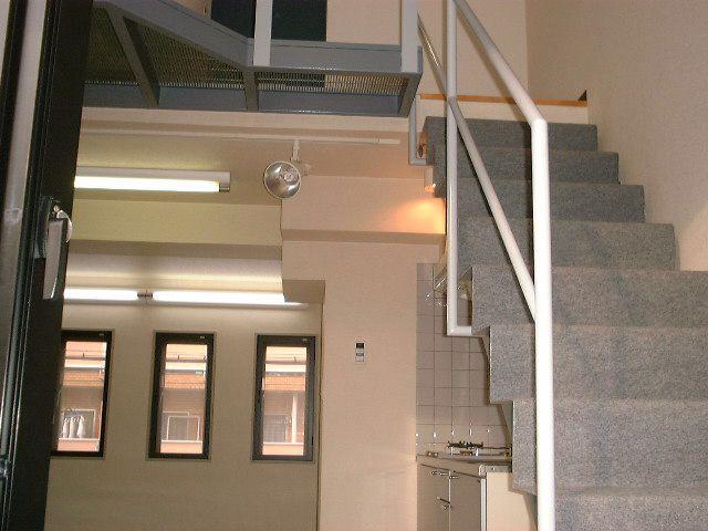 デザイナーズマンションの階段は手すりがシンプルすぎて危険